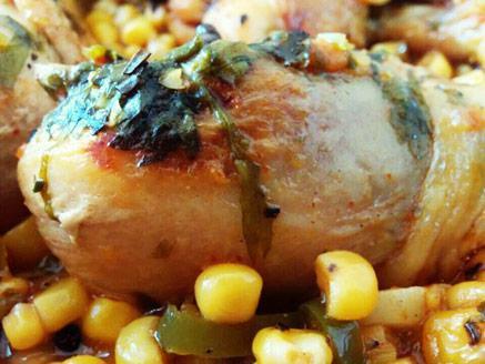 שוקי עוף מבושלים עם תירס מתוק-פיקנטי
