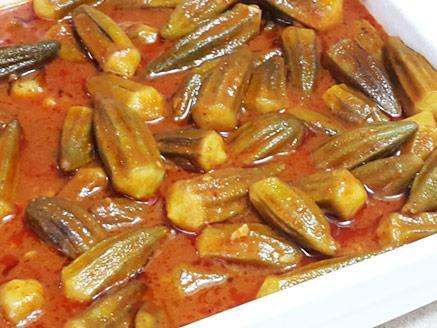 במיה ברוטב עגבניות חמוץ מתוק