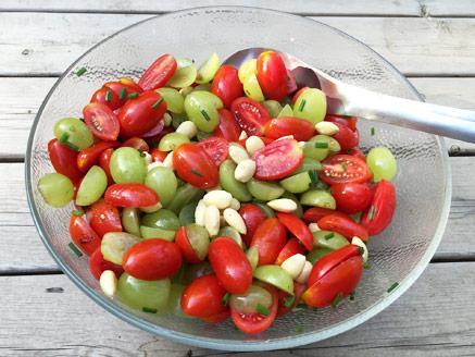 סלט עגבניות שרי תמר וענבים