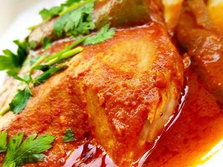 פרוסות דג טונה ברוטב עגבניות חריף