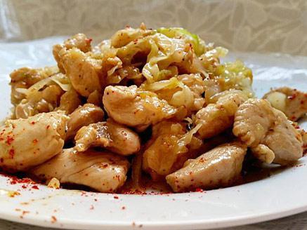 חזה עוף עם כרוב לבן ובצל