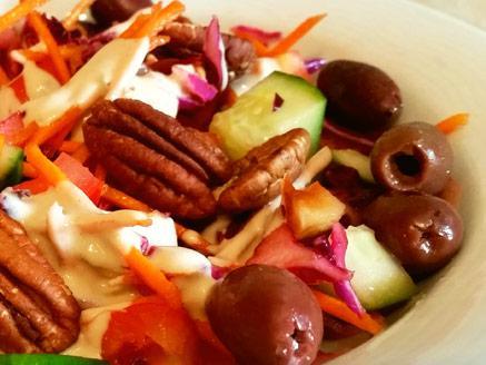 סלט ירקות עם טחינה וזיתי קלמטה