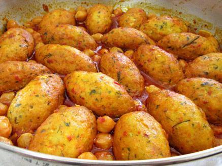 קציצות דגים ברוטב עגבניות וחומוס