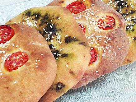 פיתות עם זעתר ועגבניות שרי