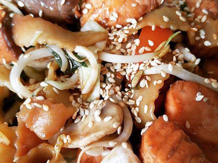 אטריות מוקפצות עם ירקות וקוביות סלמון