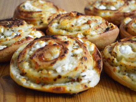 מאפה שמרים עם גבינות מלוחות ותבלינים