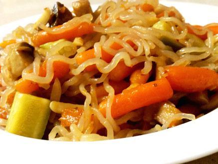 אטריות קונג`אק עם ירקות מוקפצים