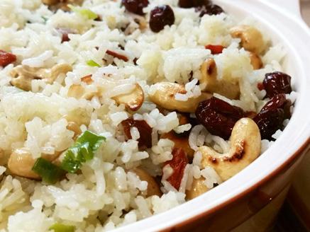 אורז עם בצל ירוק, חמוציות, גוג`י ברי וקשיו קלוי