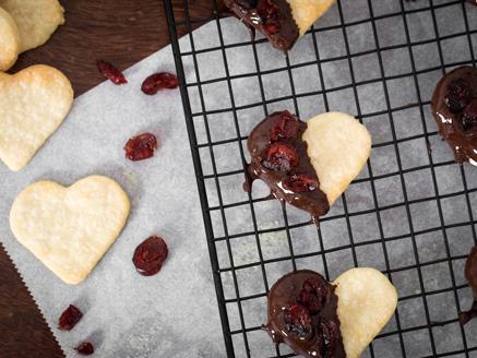 עוגיות חמאה פריכות עם שוקולד וחמוציות