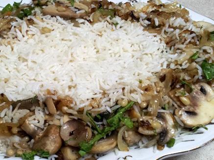 צלי פטריות וצנוברים לצד אורז לבן