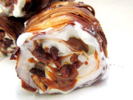 גלילות בצק פילו במילוי קרם גבינה ושוקולד לבן