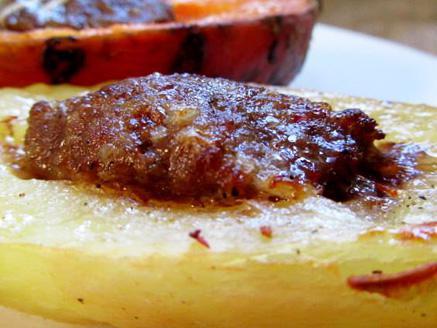 סירות תפוחי אדמה ובטטה במילוי קבב על מצע טחינה
