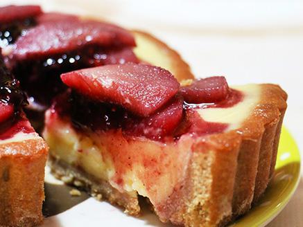 טארטלט שקדים עם קרם פטיסייר ואגסים ביין אדום
