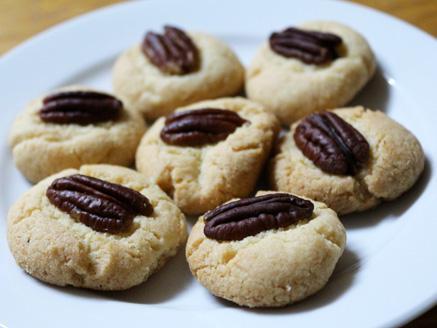 עוגיות ללא גלוטן בעיטור פקאנים