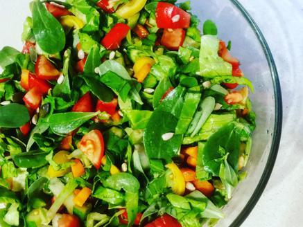 סלט ירקות עשיר עם עלי רגלת