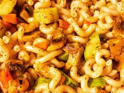 פסטת אורז חום עם ירקות, עשבי תיבול ותבלינים