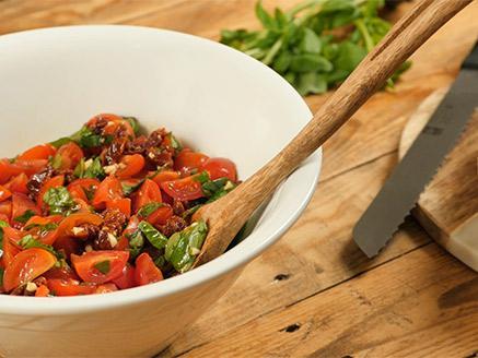 סלט עגבניות, בזיליקום ועגבניות מיובשות