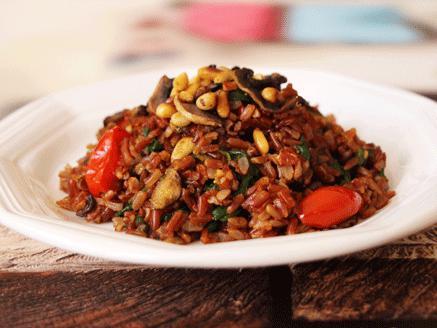 אורז אדום עם פטריות, תרד וצנוברים