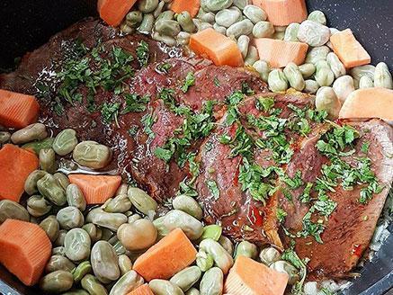צלי כתף בקר עם בצל, דבש, צ`ילי וסילאן