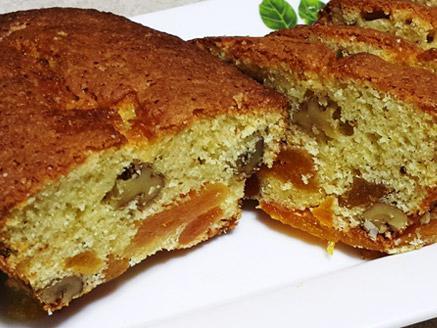 עוגה בחושה עם אגוזים ומשמשים מיובשים