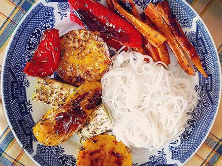 אנטיפסטי לצד אטריות אורז תאילנדי