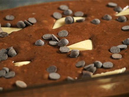 עוגת שוקולד עם הפתעות שוקולד לבן