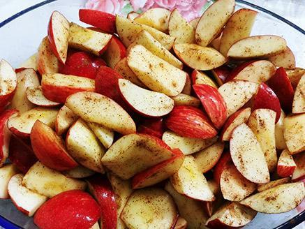 פלחי תפוחי עץ אפויים עם קינמון