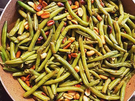 שעועית ירוקה מוקפצת עם בוטנים קלויים