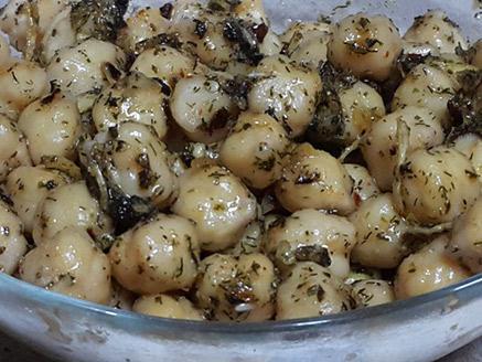 גרגירי חומוס בשמן זית ולימון