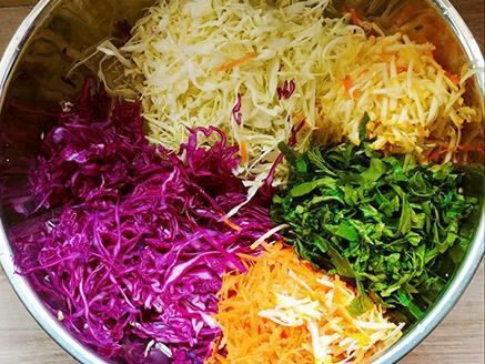 סלט כרוב צבעוני עם שקדים