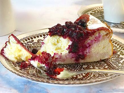 עוגת גבינה אפויה דלת קלוריות ברוטב פירות יער