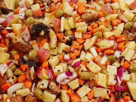 תפוחי אדמה וירקות מתובלים ואפויים בתנור