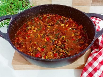 תבשיל ירקות ושעועית אדומה בנגיעה איטלקית