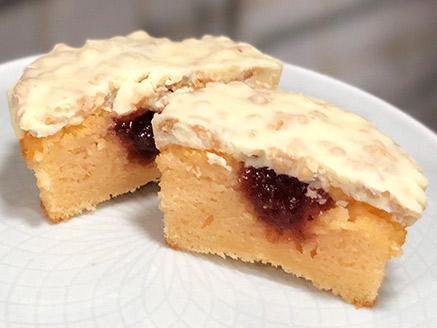עוגת תפוז וריבת תות אישית בציפוי רושה לבן