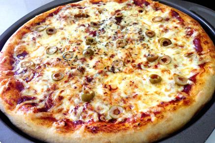 פיצה ביתית מבצק שמרים מושלם