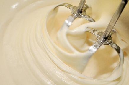אפשר לקפל אל קרם הפטיסייר שמנת מתוקה מוקצפת