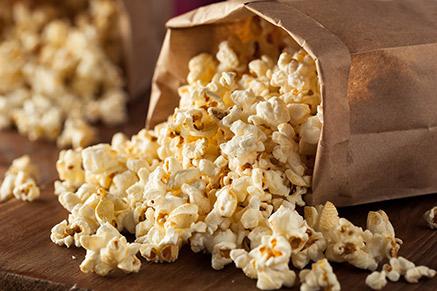 תעבירו את הפופקורן לאריזת נייר חום ותרגישו בקולנוע